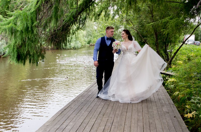 Деревянная мостовая вдоль реки