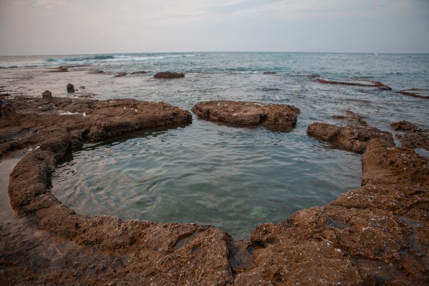 Круглый древний бассейн в море