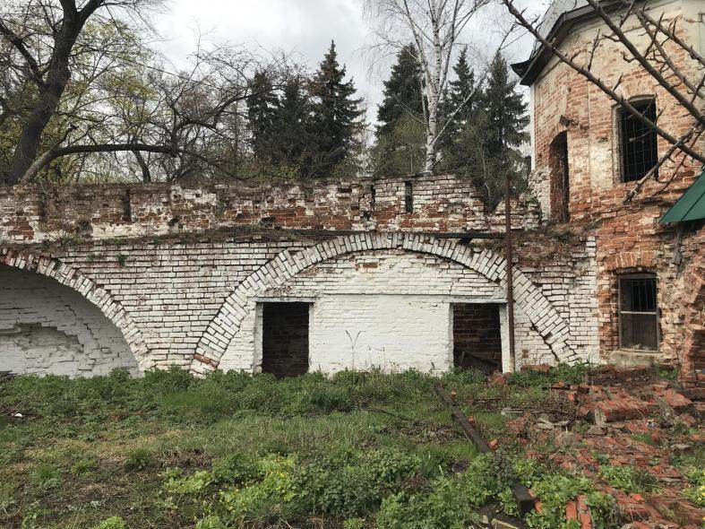 Троицкий мужской монастырь. Стена постройки 17 века...