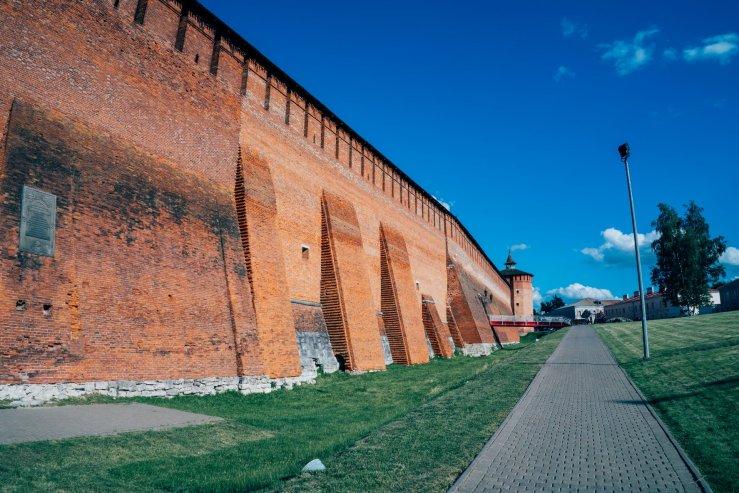 Участок крепостной стены у грановитой башни