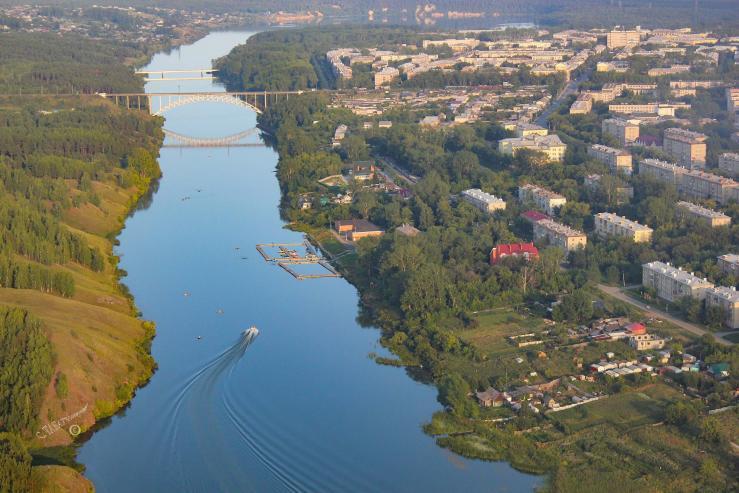Панорама города с высоты полёта, и река Исеть