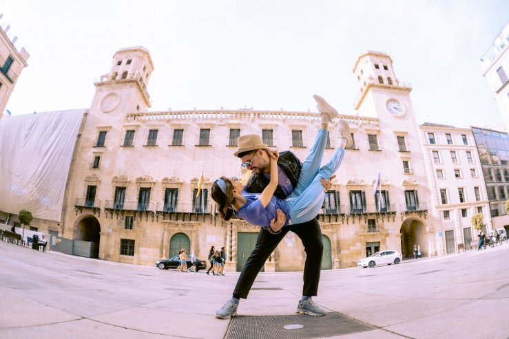 Здание мэрии (Ayuntamiento de Alicante) и Ратушная площадь